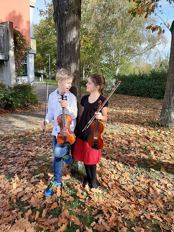 Schüler von Cornelia Scholz mit ihren Geigen