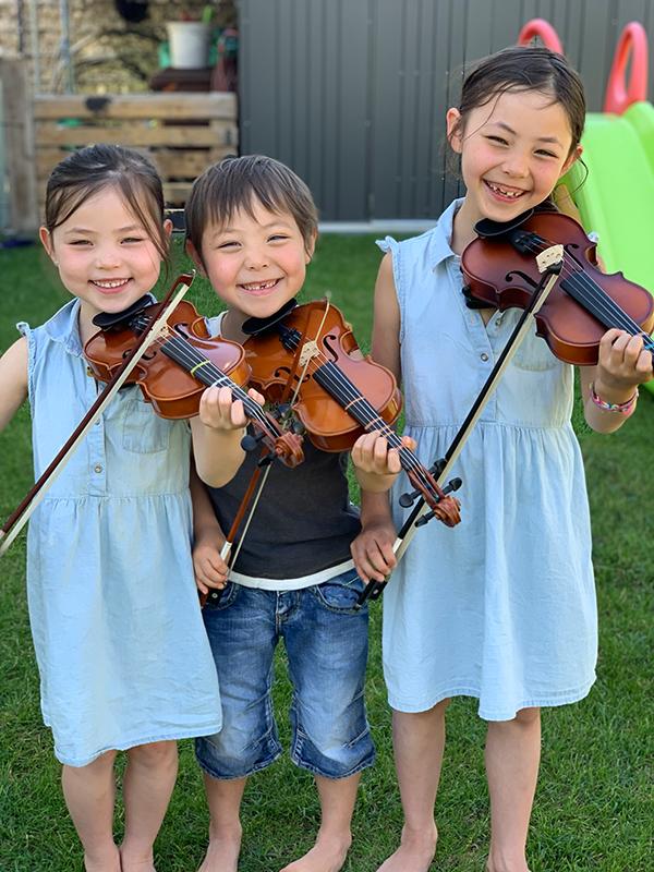 Schüler von Cornelia Scholz mit Violinen