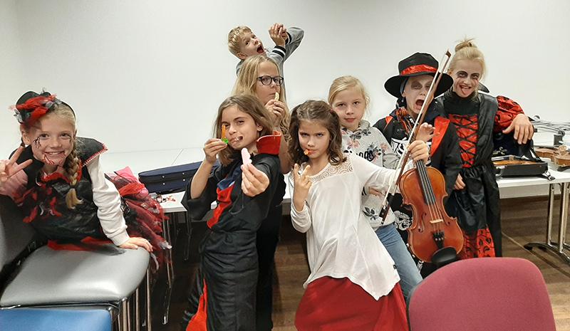 Schüler von Cornelia Scholz in Halloween-Kostümen